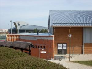 2007 : construction de l'annexe et des courts couverts en résine